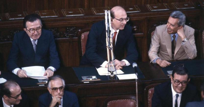Bettino Craxi (al centro), da premier nel 1983 riuscì ad evitare l'esercizio provvisorio